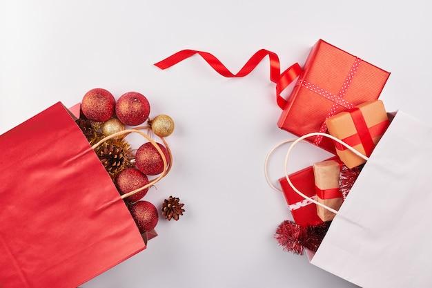 Weihnachtsdekorationen auf weißem hintergrund Premium Fotos
