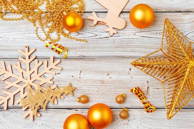 Weihnachtsdekorationen flatlay auf heller holzoberfläche Premium Fotos