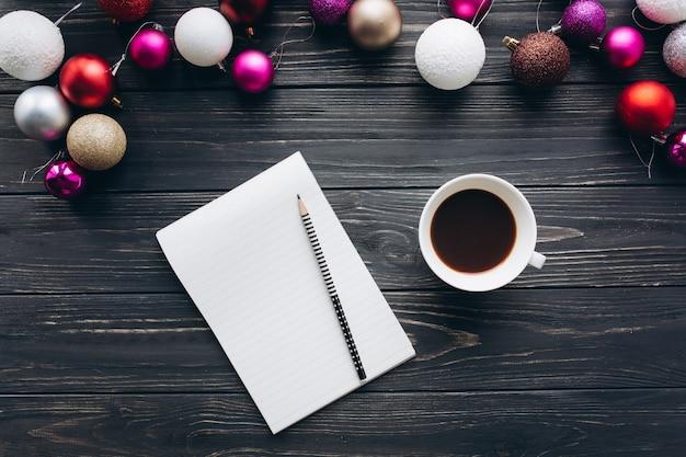 Weihnachtsdekorationen, -geschenke und -lebensmittel auf einem hölzernen hintergrund. kaffee trinken. Premium Fotos