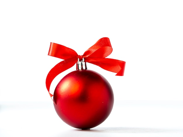 Weihnachtsdekorationen lokalisiert auf weißem hintergrund Premium Fotos