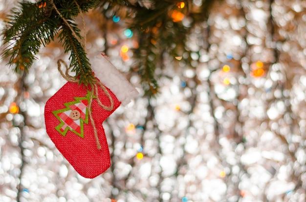 Weihnachtsdekorationsspielzeug auf dem funkeln. grußkarte . copyspace Premium Fotos