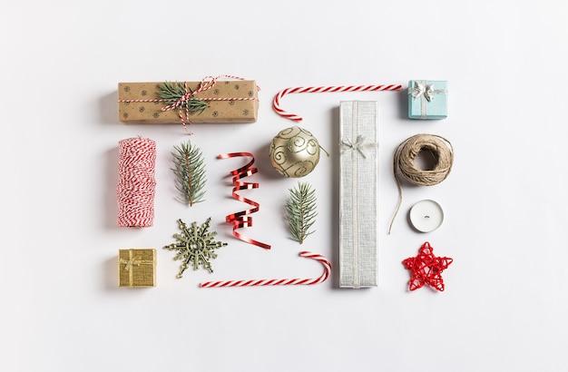 Weihnachtsdekorationszusammensetzungsgeschenkboxballfichtenzweigkerzenband-zuckerstange Kostenlose Fotos