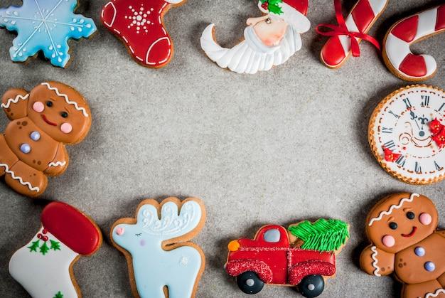 Weihnachtsespritauswahl von selbst gemachten bunten lebkuchenplätzchen. draufsicht, copyspace feld Premium Fotos