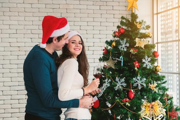 Weihnachtsfeier der paare. Premium Fotos
