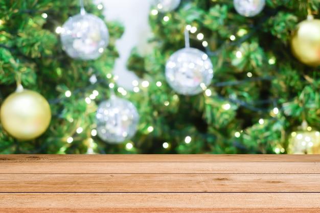 Weihnachtsfeierdekorationshintergrund mit hölzerner planke Premium Fotos