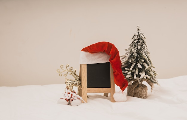 Weihnachtsfeiertagsdekorationen mit tafel auf weißem hintergrund. Premium Fotos
