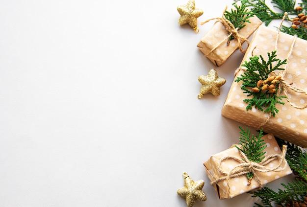 Weihnachtsfeiertagshintergrund mit geschenkboxen und dekoration Premium Fotos