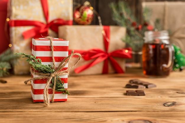 Weihnachtsfeiertagstabelle und -geschenke Premium Fotos