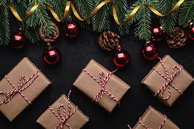 Weihnachtsferien zusammensetzung. geschenkboxen, goldenes band, rote verzierung und spielereien. Premium Fotos