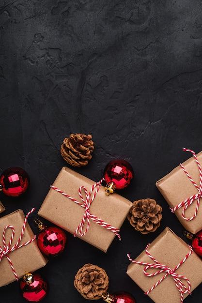 Weihnachtsferien zusammensetzung. geschenkboxen, rote verzierungen und kugeln dekorationen. speicherplatz kopieren. Premium Fotos