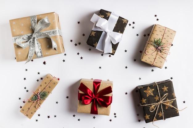 Weihnachtsferiengeschenkbox auf verzierter festlicher tabelle mit scheinsternen Kostenlose Fotos