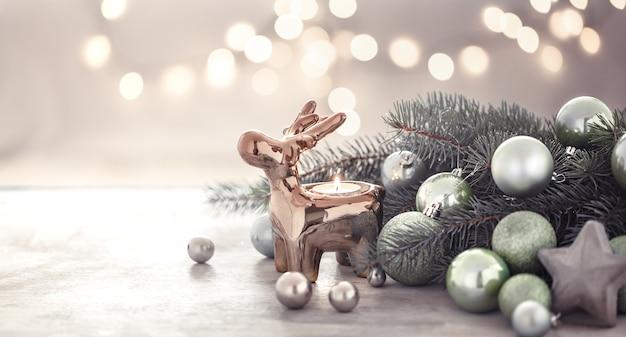 Weihnachtsferienwand mit kerzenhalter, weihnachtsbaum und weihnachtsbaumspielzeug. Kostenlose Fotos