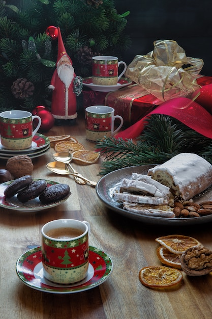 Weihnachtsfest mit hausgemachten kuchen Premium Fotos