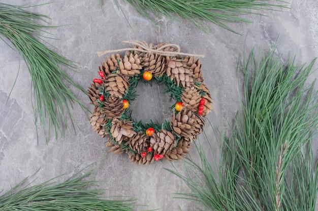 Weihnachtsfestkranz mit baumbrunch. Kostenlose Fotos
