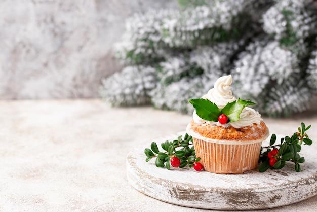 Weihnachtsfestlicher kleiner kuchen mit stechpalmenblättern Premium Fotos