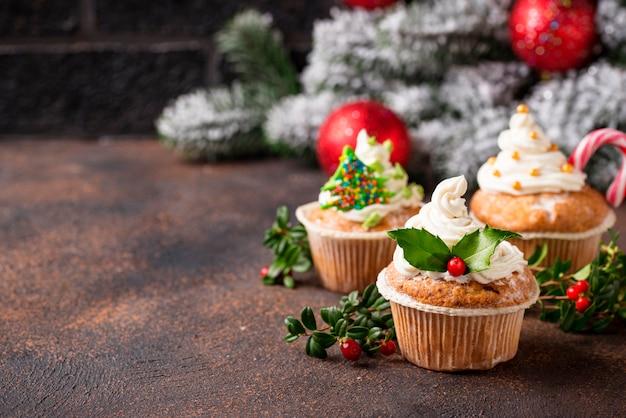 Weihnachtsfestlicher kleiner kuchen mit verschiedenen dekorationen Premium Fotos