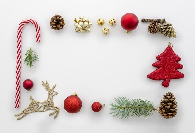 Weihnachtsflache lag angeredete szene mit weihnachtsdekorationen. Premium Fotos