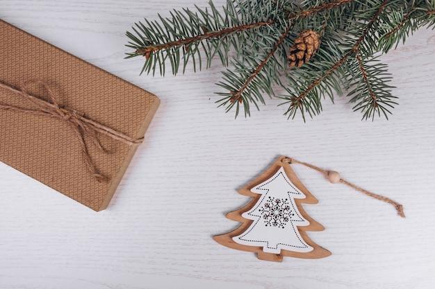 Weihnachtsflache legen auf hölzernen hintergrund Kostenlose Fotos