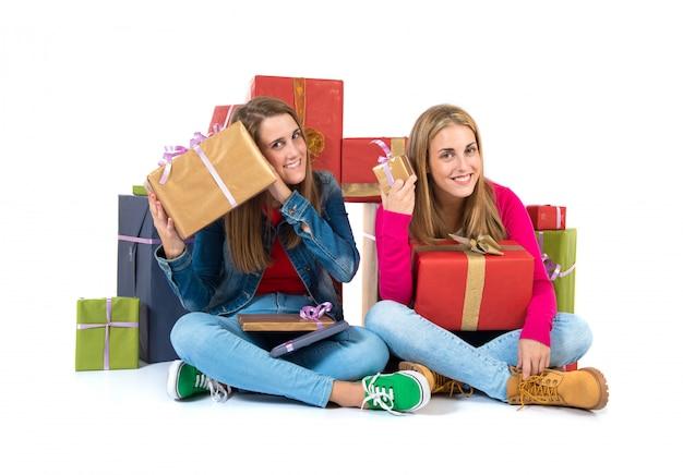 Weihnachtsfrauen, die geschenke über weißem hintergrund halten Premium Fotos
