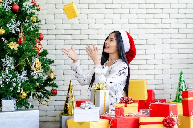 Weihnachtsfrauen genießen mit weihnachtsgeschenkbox Premium Fotos