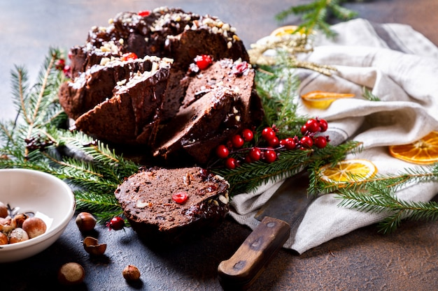 Weihnachtsfrucht-kuchen, pudding an am feiertagshintergrund. Premium Fotos