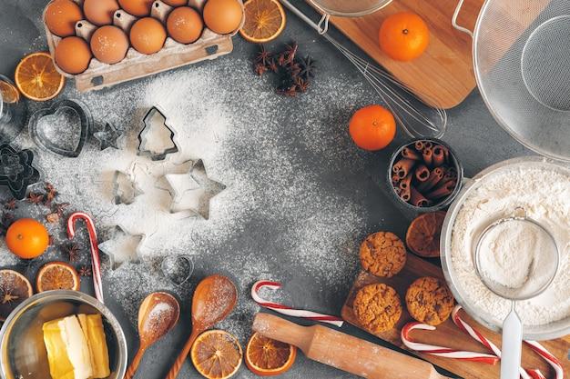 Weihnachtsgebäck kochen. weihnachten, das festliches konzept kocht Premium Fotos