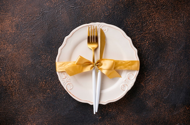 Weihnachtsgedeck und goldener dekor Premium Fotos