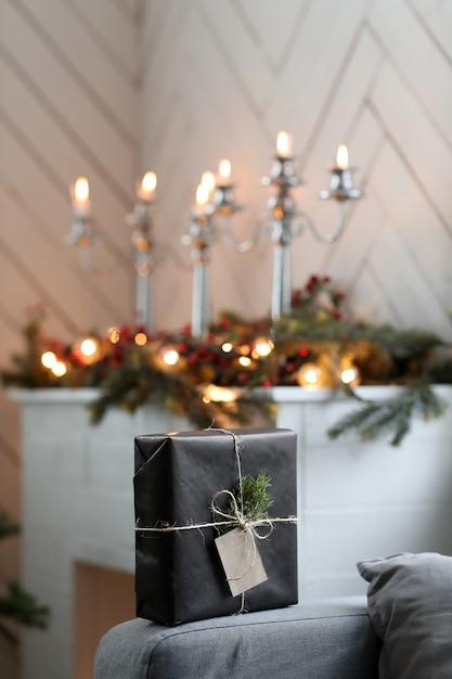 Weihnachtsgeschenk auf sofa Kostenlose Fotos