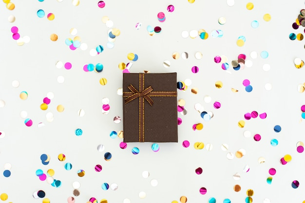 Weihnachtsgeschenk eingewickelt auf weiß Premium Fotos
