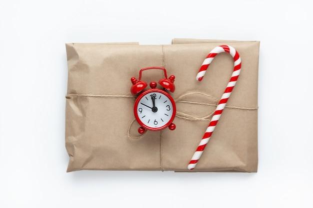 Weihnachtsgeschenk in braunes kraftpapier eingewickelt Premium Fotos