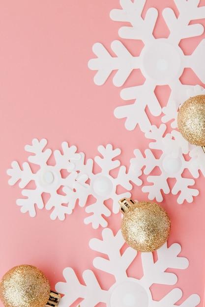 Weihnachtsgeschenk in den händen und im notizbuch der frauen auf einem rosa, eine ansicht von oben Premium Fotos