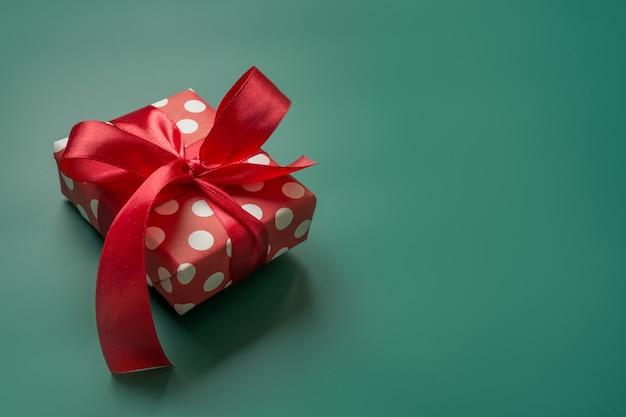 Weihnachtsgeschenk in roter und weißer verpackung mit tupfen Premium Fotos