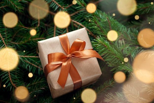 Weihnachtsgeschenk oder geschenkbox verpacktes handwerk auf tannenzweigen Premium Fotos