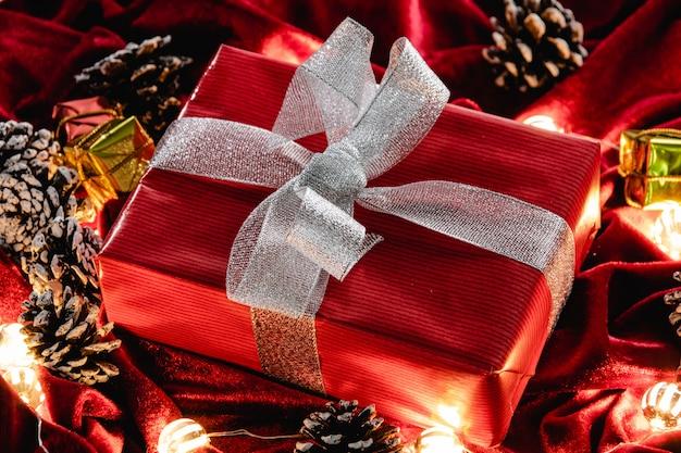 Weihnachtsgeschenk und dekoration auf rotem samt Premium Fotos