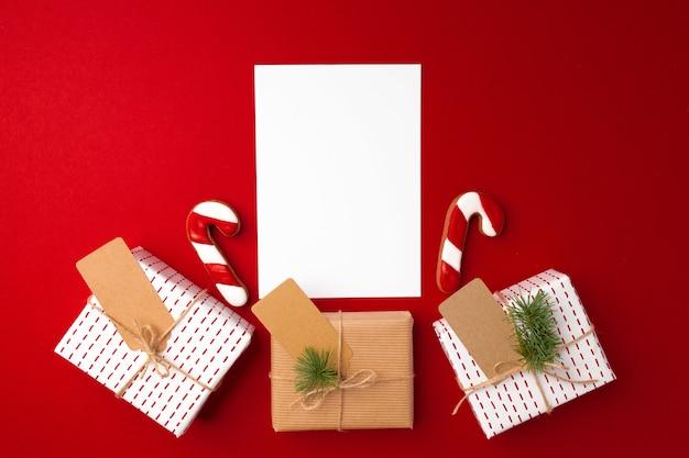 Weihnachtsgeschenk und lebkuchenplätzchen auf rot Premium Fotos