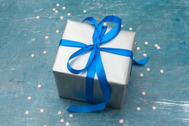 Weihnachtsgeschenkbox auf tablette Premium Fotos