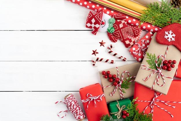 Weihnachtsgeschenkbox, fichtenzweige und hölzerner hintergrund der dekoration. Premium Fotos