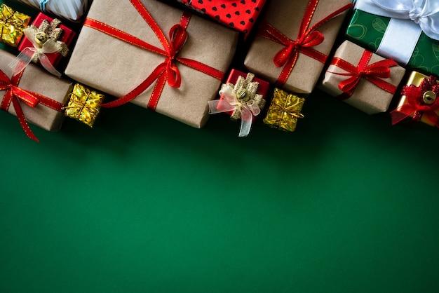 Weihnachtsgeschenkbox mit rotem ball auf grünem hintergrund. Premium Fotos