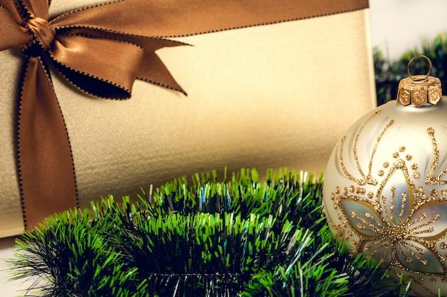 Weihnachtsgeschenkbox, tannenbaum und verzierungen Premium Fotos