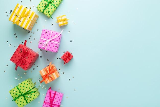 Weihnachtsgeschenkboxen auf blau Premium Fotos