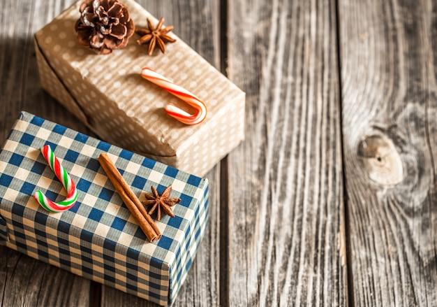 Weihnachtsgeschenkboxen auf hölzernem hintergrund, konzept-weihnachtsferien Premium Fotos
