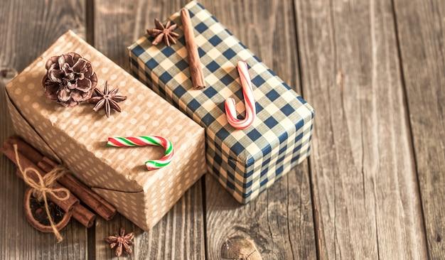 Weihnachtsgeschenkboxen auf hölzernem hintergrund, konzept-weihnachtsferien Kostenlose Fotos