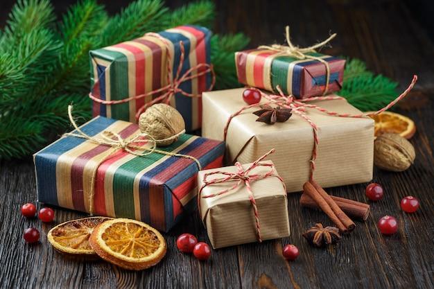 Weihnachtsgeschenkboxen mit dekoration Premium Fotos