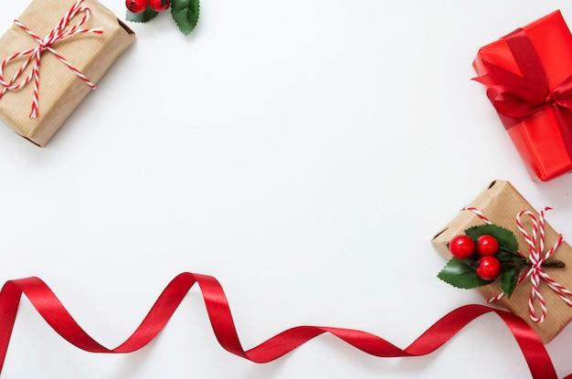 Weihnachtsgeschenkboxen, rotes band lokalisiert auf weißem hintergrund. Premium Fotos