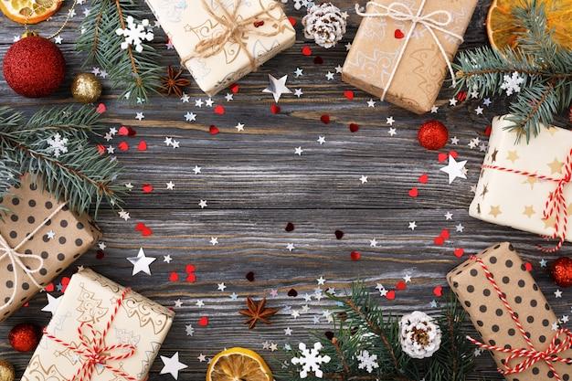 Weihnachtsgeschenkboxen und -dekorationen auf tisch, festlicher rahmen. Premium Fotos
