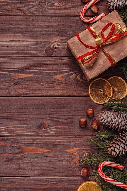 Weihnachtsgeschenkboxen und tannenbaum auf hölzernem hintergrund Premium Fotos
