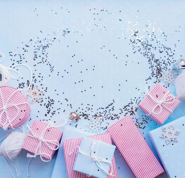 Weihnachtsgeschenke. blauer hintergrund des festlichen rosa kastens Premium Fotos