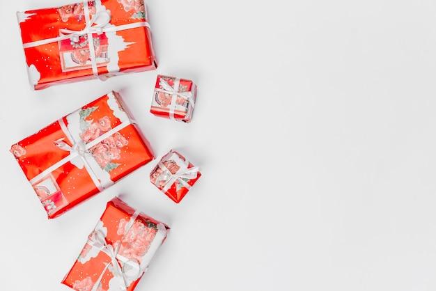 Weihnachtsgeschenke eingewickelt in rotes packpapier Kostenlose Fotos