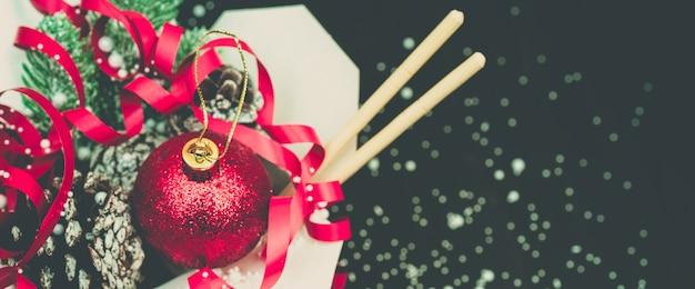Weihnachtsgeschenke in wok-papierverpackungen. für asiatische fast foods. Premium Fotos