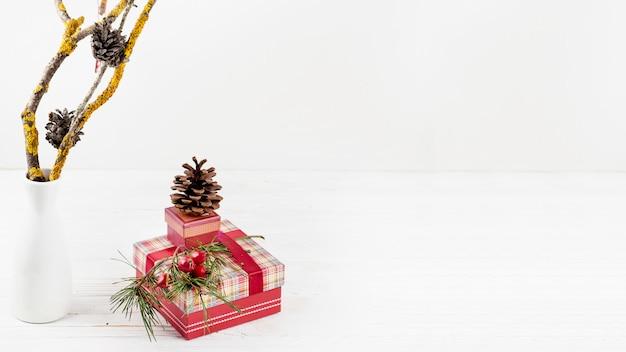 Kostenlose Weihnachtsgeschenke.Weihnachtsgeschenke Mit Tannenzapfen Download Der Kostenlosen Fotos